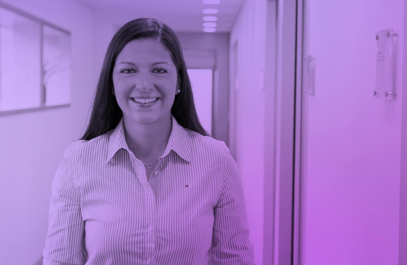 Bild einer jungen Mitarbeitern als Beispiel für Employer Branding durch Agentur